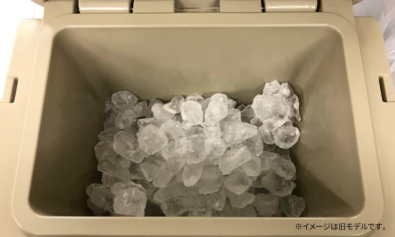 ハードクーラーボックスに氷を投入