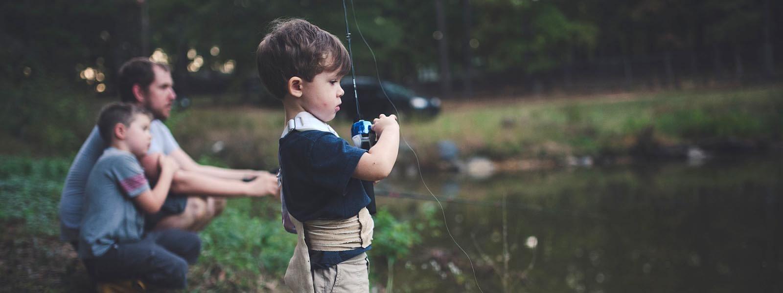 スピンキャストリールで釣りを楽しむ子ども