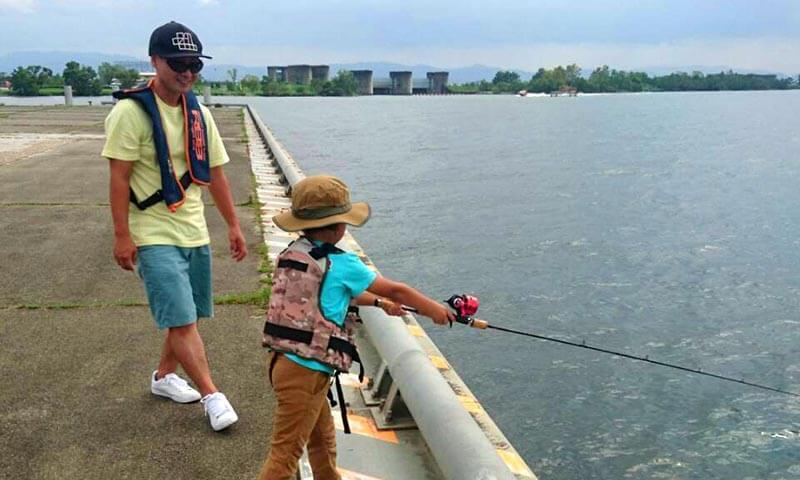 アブマチックで釣りをする子ども